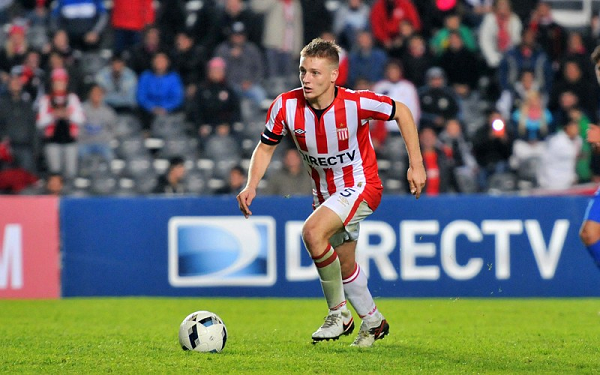 Santiago Ascacibar with the ball playing for Estudiantes de la Plata